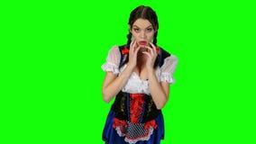 A menina bávara em um terno mostra a emoção da surpresa Tela verde filme