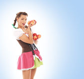 Menina bávara nova e bonita que guardara a maçã foto de stock royalty free