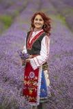 Menina búlgara em um campo da alfazema imagem de stock