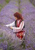 Menina búlgara em um campo da alfazema foto de stock royalty free