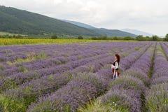 Menina búlgara em um campo da alfazema foto de stock