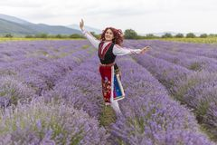 Menina búlgara feliz em um campo da alfazema imagens de stock