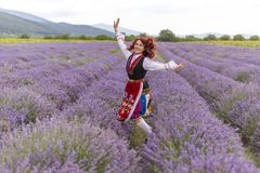 Menina búlgara feliz em um campo da alfazema imagem de stock