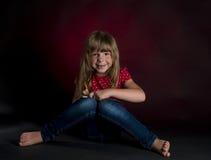 Menina bagunçado pequena com o lápis no fundo escuro fotografia de stock
