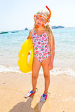 A menina banha-se no Mar Vermelho fotografia de stock