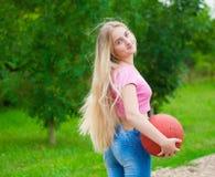 Menina, basquetebol Fim acima Meia altura, parte traseira, 'sexy' Imagem de Stock