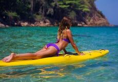 Menina beautyful nova na praia Imagens de Stock Royalty Free
