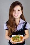 Menina (bebê), placa das preensões com salada foto de stock royalty free
