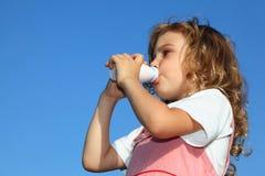 A menina bebe o iogurte do frasco pequeno Imagem de Stock Royalty Free
