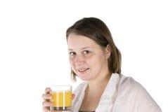 a menina bebe o sumo de laranja Fotos de Stock