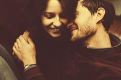 A menina beija seu noivo de cima de Fotografia de Stock