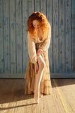 Menina belamente sensual com por muito tempo conexão em cascata do cabelo vermelho ondulado com meias Fotografia de Stock Royalty Free