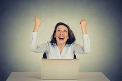 A menina bem sucedida com braços aumentou acima usando um laptop Imagem de Stock Royalty Free