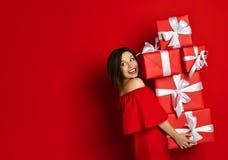 Menina Blithesome do aniversário no vestido que levanta com presentes fotos de stock royalty free