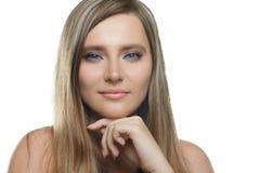 Menina bonita à moda com o cabelo de fluxo que olha a câmera com expressão facial feliz alegre imagem de stock