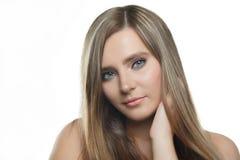 Menina bonita à moda com o cabelo de fluxo que olha a câmera com expressão facial feliz alegre imagens de stock