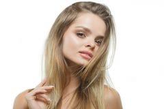 Menina bonita à moda com o cabelo de fluxo que olha a câmera com expressão facial feliz alegre fotografia de stock royalty free