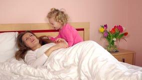 Menina bonita acordada sua mamã de sono na manhã filme