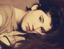 Menina bonita adolescente com cabelo longo marrom imagem de stock