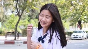 A menina bonita adolescente do estudante tailandês dá a água potável filme