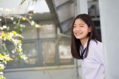 A menina bonita adolescente do estudante tailandês feliz e relaxa na escola Fotos de Stock