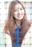 A menina bonita adulta tailandesa relaxa e sorri Fotografia de Stock Royalty Free