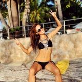 Menina bonita alegre que tem o divertimento exterior Fotos de Stock Royalty Free
