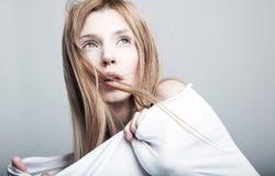 Menina bonita amedrontada de Yong no branco imagens de stock