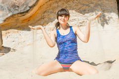 Menina bonita 30 anos na praia Imagens de Stock