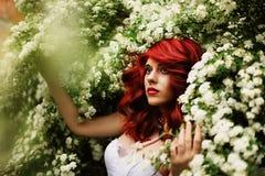 Menina bonita (25 anos velho) no vestido de casamento branco Imagens de Stock