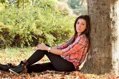 A menina bonita aprecia o ar livre Fotos de Stock Royalty Free