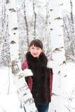 Menina bonita aproximadamente dois vidoeiros Imagem de Stock