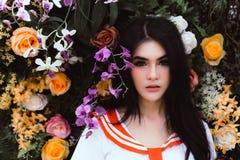 A menina bonita atrativa tem a cara bonita e a pele agradável como uma flor imagens de stock royalty free