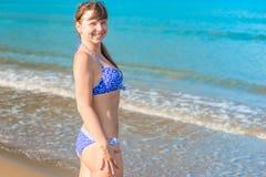 Menina bonita bronzeada no mar Fotografia de Stock