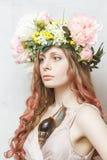 A menina bonita calma com caracol e a flor coroam Fotografia de Stock Royalty Free