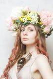 A menina bonita calma com caracol e a flor coroam Imagem de Stock