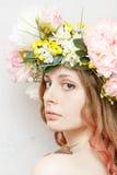 A menina bonita calma com caracol e a flor coroam Fotografia de Stock