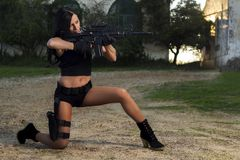 Menina bonita com arma Foto de Stock Royalty Free