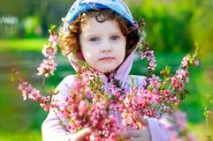 Menina bonita com as flores das amêndoas foto de stock