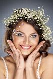 Menina bonita com as flores do verão no cabelo Imagem de Stock