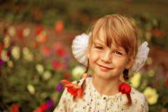 Menina bonita com as flores em seu cabelo Imagem de Stock Royalty Free