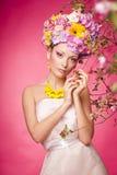 Menina bonita com as flores em seu cabelo Mola Fotos de Stock Royalty Free