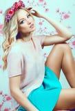 Menina bonita com as flores em seu cabelo Mola Fotografia de Stock Royalty Free