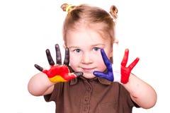 Menina bonita com as mãos pintadas como bandeiras alemãs e francesas Fotos de Stock Royalty Free
