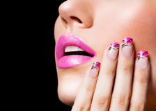 Menina bonita com bordos e os pregos cor-de-rosa Fotografia de Stock