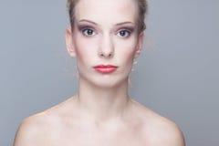 Menina bonita com bordos vermelhos Imagem de Stock Royalty Free