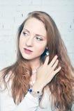 Menina bonita com brincos, bracelete, grânulos Fotografia de Stock
