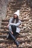 Menina bonita com buldogue francês fotografia de stock