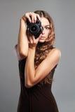Menina bonita com câmera A mulher bonita é um fotógrafo profissional Fotografia de Stock