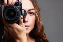 Menina bonita com câmera A mulher bonita é um fotógrafo profissional Fotos de Stock